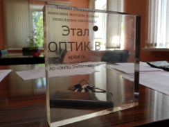 Элемент столешницы из прозрачной смолы и отвердителя Этал-Оптик B от АО ЭНПЦ ЭПИТАЛ